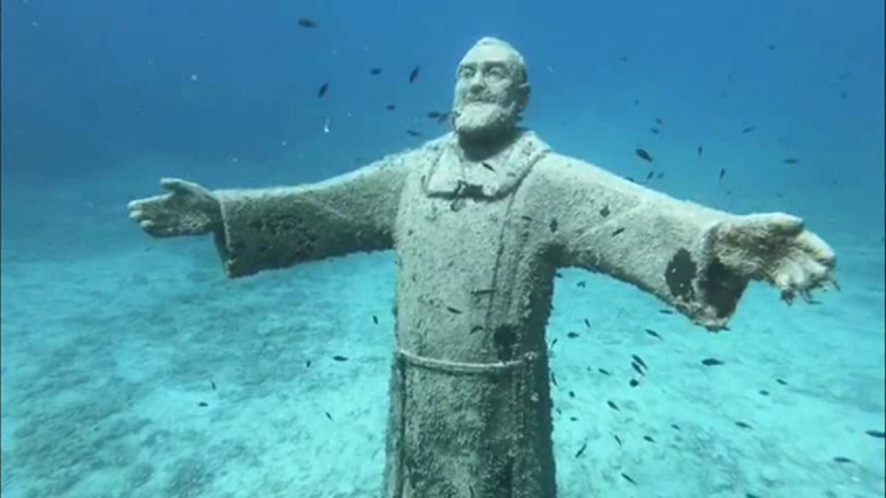 statua di padre pio sommersa alle isole tremiti